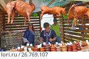 Торговля мясными продуктами на сельскохозяйственной ярмарке (2017 год). Редакционное фото, фотограф Ирина Борсученко / Фотобанк Лори