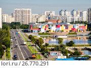 Купить «Москва, район Братеево, вид сверху на  Братеевский пруд и торгово-развлекательный центр BraVo», фото № 26770291, снято 8 августа 2017 г. (c) glokaya_kuzdra / Фотобанк Лори
