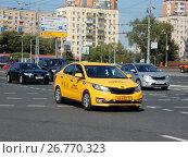 Купить «Желтый автомобиль такси. Улица Красная Пресня. Пресненский район. Город Москва», эксклюзивное фото № 26770323, снято 13 августа 2017 г. (c) lana1501 / Фотобанк Лори