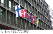 Купить «Государственные флаги стран северной Европы на современном здании. Хельсинки, Финляндия», видеоролик № 26770563, снято 11 июня 2017 г. (c) Виктор Карасев / Фотобанк Лори