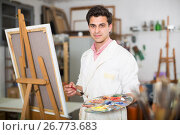 Купить «Male artist drawing in studio», фото № 26773683, снято 8 апреля 2017 г. (c) Яков Филимонов / Фотобанк Лори