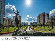 Купить «Скульптура девушки на фоне городского пейзажа», фото № 26777827, снято 25 мая 2013 г. (c) Сергеев Валерий / Фотобанк Лори