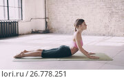 Beautiful yoga girl doing asanas in studio. Стоковое видео, видеограф Владимир Крупенькин / Фотобанк Лори