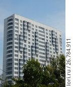 Купить «Двадцатидвухэтажный двухсекционный жилой дом серии КОПЭ-2000. Березовая аллея, 3. Район Отрадное. Город Москва», эксклюзивное фото № 26784911, снято 19 августа 2017 г. (c) lana1501 / Фотобанк Лори