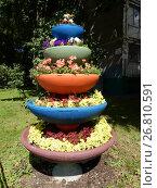 Купить «Вертикальный цветочный вазон около шестнадцатиэтажного блочного жилого дома серии II-68-01 (построен в 1974 году). Кронштадтский бульвар, 57. Головинский район. Москва», эксклюзивное фото № 26810591, снято 15 августа 2017 г. (c) lana1501 / Фотобанк Лори