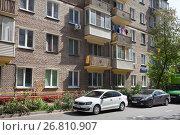 Купить «Пятиэтажный старый кирпичный  дом», фото № 26810907, снято 22 августа 2017 г. (c) Victoria Demidova / Фотобанк Лори