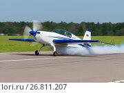 Купить «Самолет Extra EA-300L (бортовой RA-01780) на взлете с дымами, аэродром Орловка», эксклюзивное фото № 26811207, снято 19 августа 2017 г. (c) Alexei Tavix / Фотобанк Лори