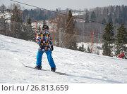 Купить «Мужчина на сноуборде спускается с горы», фото № 26813659, снято 12 марта 2017 г. (c) Елена Коромыслова / Фотобанк Лори