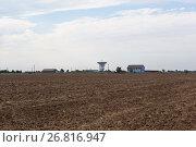 Купить «Сельский пейзаж с домами и радиотелескопом на горизонте. Село Витино в Сакском районе, Крым», фото № 26816947, снято 20 июля 2017 г. (c) Николай Мухорин / Фотобанк Лори
