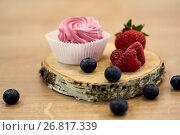 Купить «zephyr or marshmallow with berries on stand», фото № 26817339, снято 8 мая 2017 г. (c) Syda Productions / Фотобанк Лори