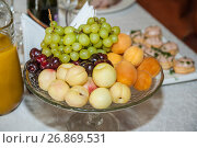 Купить «Фрукты в вазе», фото № 26869531, снято 3 августа 2017 г. (c) Алёшина Оксана / Фотобанк Лори