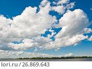 Купить «Огромные белые облака над рекой в летний день. Нижний Новгород. Россия», фото № 26869643, снято 21 июня 2017 г. (c) Екатерина Овсянникова / Фотобанк Лори