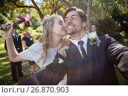 Affectionate woman kissing man during wedding. Стоковое фото, агентство Wavebreak Media / Фотобанк Лори
