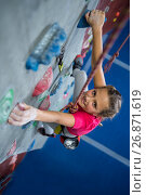 Купить «Portrait of teenage girl practicing rock climbing», фото № 26871619, снято 10 мая 2017 г. (c) Wavebreak Media / Фотобанк Лори