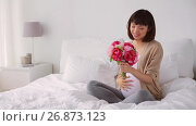 Купить «happy pregnant asian woman with flowers in bed», видеоролик № 26873123, снято 21 июля 2018 г. (c) Syda Productions / Фотобанк Лори