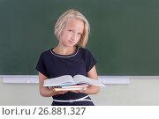 Купить «Красивая девочка школьница с книгами в школе возле доски», фото № 26881327, снято 1 сентября 2017 г. (c) Милана Харитонова / Фотобанк Лори
