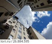 Купить «Дом Моссельпрома, вид со двора. Калашный переулок, 2/10. Пресненский район. Город Москва», эксклюзивное фото № 26884595, снято 6 августа 2017 г. (c) lana1501 / Фотобанк Лори