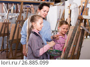 teacher giving workshop session during painting class. Стоковое фото, фотограф Яков Филимонов / Фотобанк Лори