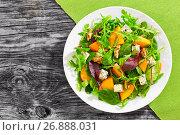Купить «winter salad with persimmon slices, mix of lettuce leaves», фото № 26888031, снято 14 декабря 2017 г. (c) Oksana Zhupanova / Фотобанк Лори