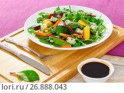 Купить «salad with persimmon slices, mix of lettuce leaves, blue cheese», фото № 26888043, снято 16 июля 2018 г. (c) Oksana Zh / Фотобанк Лори