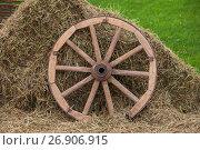 Купить «Российская деревня: Сено и колесо от телеги», фото № 26906915, снято 26 августа 2017 г. (c) Литвяк Игорь / Фотобанк Лори