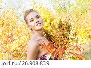 Купить «Девушка в ярком платье в осеннем лесу», фото № 26908839, снято 10 сентября 2017 г. (c) Момотюк Сергей / Фотобанк Лори