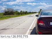 Купить «Вид сзади на часть автомобиля, стоящего на обочине, и пустая асфальтовая трасса», фото № 26910715, снято 1 августа 2017 г. (c) Кекяляйнен Андрей / Фотобанк Лори