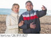Купить «Smiling husband points to something interesting», фото № 26911827, снято 18 августа 2018 г. (c) Яков Филимонов / Фотобанк Лори