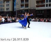 Купить «Москва отмечает 870-й день рождения. Показательные выступления по спортивным бальным танцам. Улица Охотный Ряд», эксклюзивное фото № 26911839, снято 9 сентября 2017 г. (c) lana1501 / Фотобанк Лори