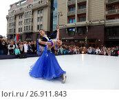 Купить «Москва отмечает 870-й день рождения. Показательные выступления по спортивным бальным танцам. Улица Охотный Ряд», эксклюзивное фото № 26911843, снято 9 сентября 2017 г. (c) lana1501 / Фотобанк Лори