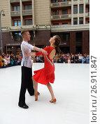 Купить «Москва отмечает 870-й день рождения. Показательные выступления по спортивным бальным танцам. Улица Охотный Ряд», эксклюзивное фото № 26911847, снято 9 сентября 2017 г. (c) lana1501 / Фотобанк Лори