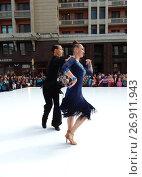 Купить «Москва отмечает 870-й день рождения. Показательные выступления по спортивным бальным танцам. Улица Охотный Ряд», эксклюзивное фото № 26911943, снято 9 сентября 2017 г. (c) lana1501 / Фотобанк Лори