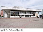 Купить «Театр оперы и балета в Красноярске», эксклюзивное фото № 26921543, снято 13 июля 2017 г. (c) Илюхина Наталья / Фотобанк Лори