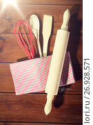 Купить «close up of kitchenware for baking on wooden board», фото № 26928571, снято 7 октября 2015 г. (c) Syda Productions / Фотобанк Лори