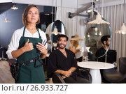 Купить «positive woman hairdresser thumbs up», фото № 26933727, снято 20 июня 2018 г. (c) Яков Филимонов / Фотобанк Лори