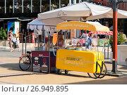 Купить «Киоски по продаже горячей кукурузы и газированной воды. Сочи», эксклюзивное фото № 26949895, снято 12 сентября 2017 г. (c) Александр Щепин / Фотобанк Лори