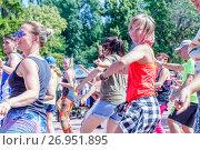 Купить «Спортивные танцы на набережной в Самаре», фото № 26951895, снято 6 августа 2017 г. (c) Акиньшин Владимир / Фотобанк Лори
