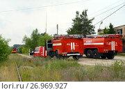 Купить «Развёртывание пожарных автомобилей у железной дороги», фото № 26969927, снято 16 июня 2015 г. (c) Free Wind / Фотобанк Лори