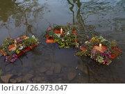 Купить «Венки со свечами на воде», фото № 26973047, снято 10 сентября 2017 г. (c) Марина Володько / Фотобанк Лори