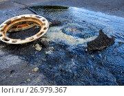 Купить «Прорыв системы водоснабжения в канализационном колодце на дороге», эксклюзивное фото № 26979367, снято 14 июня 2017 г. (c) Вячеслав Палес / Фотобанк Лори