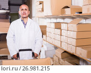 Купить «Portrait of mature male with carton boxes in warehouse», фото № 26981215, снято 22 апреля 2017 г. (c) Яков Филимонов / Фотобанк Лори