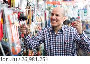 Купить «Ordinary senior man choosing tooking», фото № 26981251, снято 19 ноября 2018 г. (c) Яков Филимонов / Фотобанк Лори