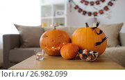 Купить «jack-o-lantern and halloween decorations at home», видеоролик № 26982099, снято 20 сентября 2017 г. (c) Syda Productions / Фотобанк Лори