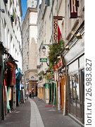 Красивая узкая улица в Париже. Франция (2017 год). Редакционное фото, фотограф E. O. / Фотобанк Лори