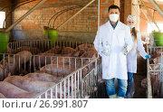 Купить «Veterinarians holding syringes and bottles», фото № 26991807, снято 21 октября 2018 г. (c) Яков Филимонов / Фотобанк Лори