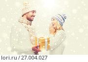 Купить «smiling couple in winter clothes with gift box», фото № 27004027, снято 8 октября 2015 г. (c) Syda Productions / Фотобанк Лори