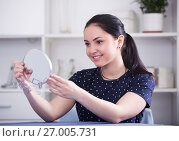 Cheerful gir looking in mirror. Стоковое фото, фотограф Яков Филимонов / Фотобанк Лори