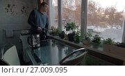 Купить «Man creating stock footage in the kitchen», видеоролик № 27009095, снято 6 июля 2017 г. (c) Данил Руденко / Фотобанк Лори