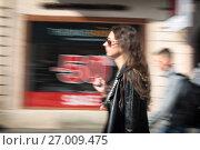 """Купить «Стилизованная фотография """"динамика"""" идущей молодой дамы, Санкт-Петербург, Невский проспект», эксклюзивное фото № 27009475, снято 24 мая 2017 г. (c) Дмитрий Неумоин / Фотобанк Лори"""