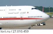 Купить «United Arab Emirates Royal Flight Boeing 747 taxiing», видеоролик № 27010459, снято 22 июля 2017 г. (c) Игорь Жоров / Фотобанк Лори